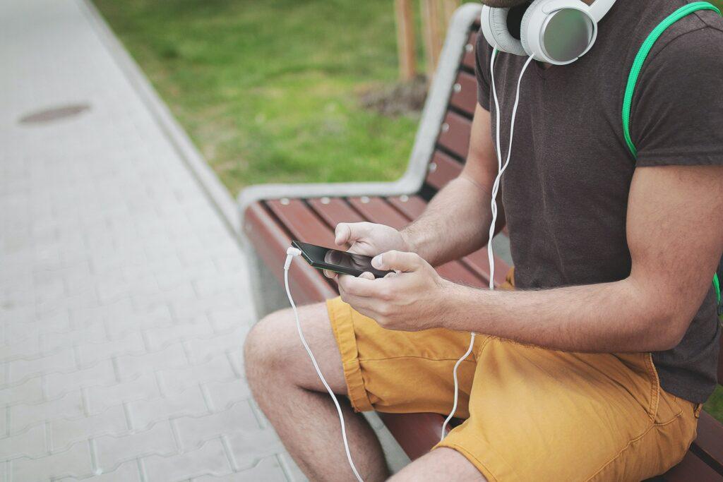 携帯でオンライン英会話レッスンを受講している男性