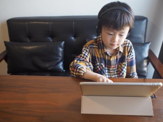 オンライン タブレットで受講する男の子