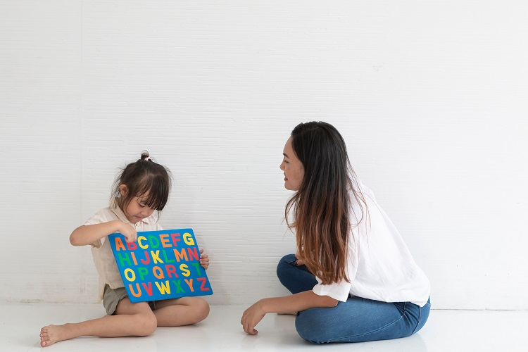 オンライン英会話 お母さんと英語を学ぶ女の子