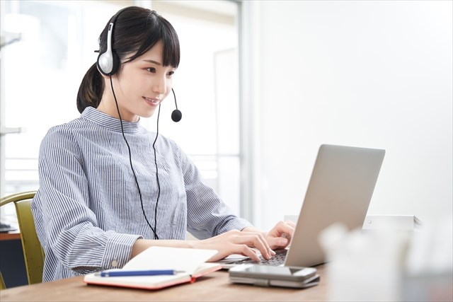 オンライン英会話をうける女性