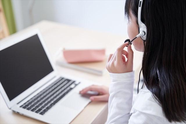 オンライン英会話をうける女の子